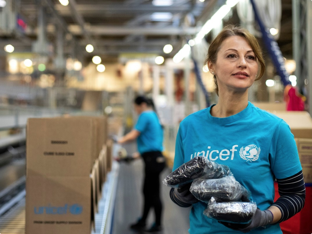 unicef/UNICEF workers in wherehouse
